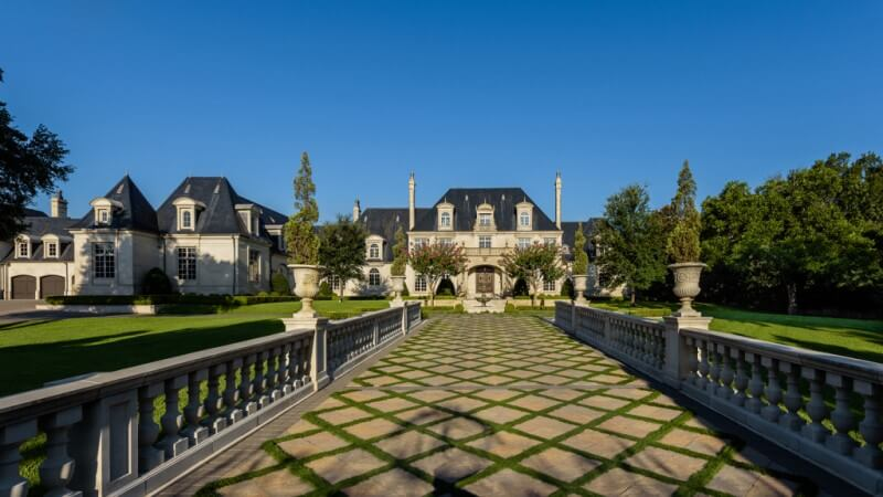 Te koop; grote villa met wildwaterpark